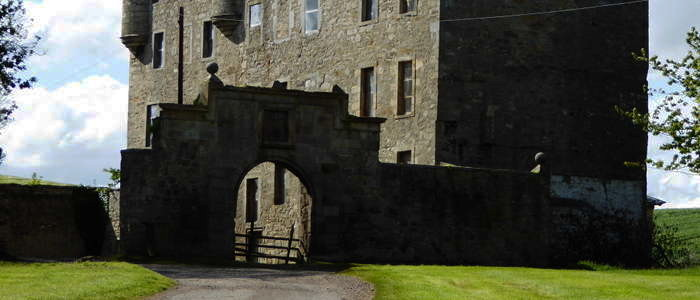 Midhope castle which was used for filming Lallybroch